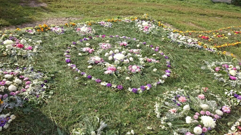 Дорожка и ковер из цветов на праздник Успения Божией Матери